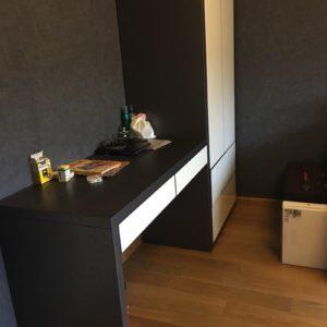 Шкаф и стол с отделкой из шпона дуба, браширование и эмаль